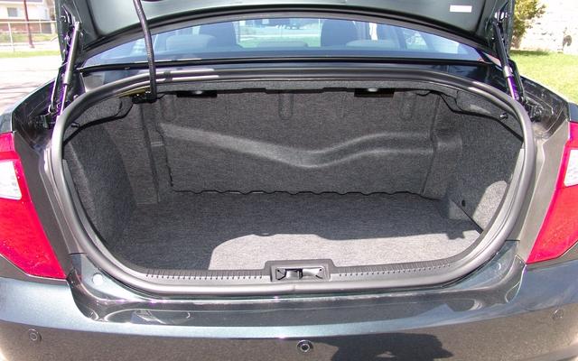 ford fusion 2011 coffre de l 39 hybrid celui de la version essay e sel est plus profond et les. Black Bedroom Furniture Sets. Home Design Ideas