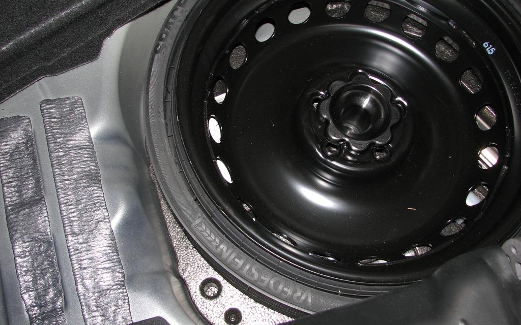 roue de secours pleine grandeur mais qui comporte un pneu en caoutchouc devant tre gonfl. Black Bedroom Furniture Sets. Home Design Ideas