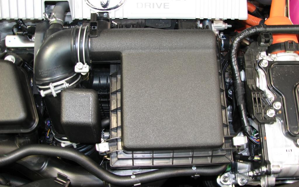 087406_La_Toyota_Prius_V_2012_passe_au_garage.jpg