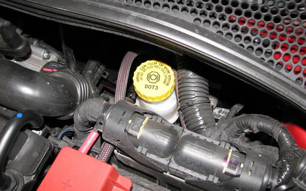 Le réservoir du liquide de freins est placé à l'arrière de la