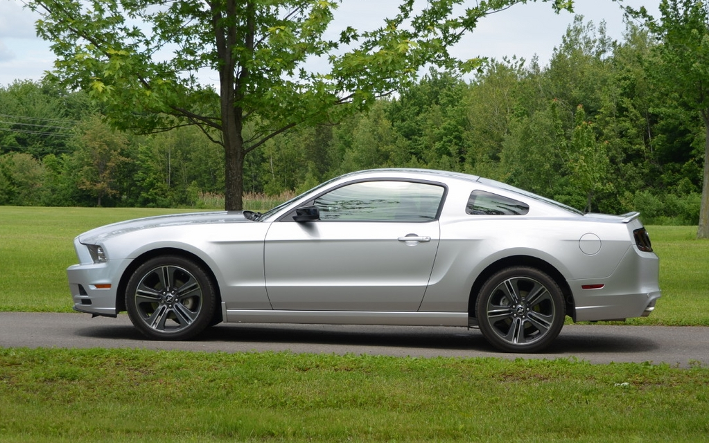 2013 ford mustang v6 picture gallery photo 4 29 the car guide. Black Bedroom Furniture Sets. Home Design Ideas