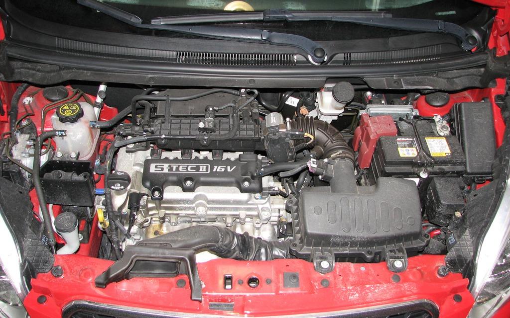le compartiment moteur n 39 est pas norme heureusement le moteur de 1 2 litre est tr s petit il. Black Bedroom Furniture Sets. Home Design Ideas