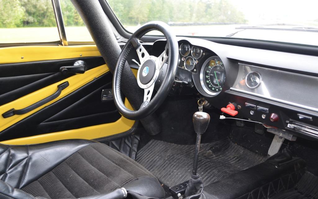 voiture de rallye peut tre mais on y retrouve quelques l ments esth tiques comme l 39 int rieur. Black Bedroom Furniture Sets. Home Design Ideas