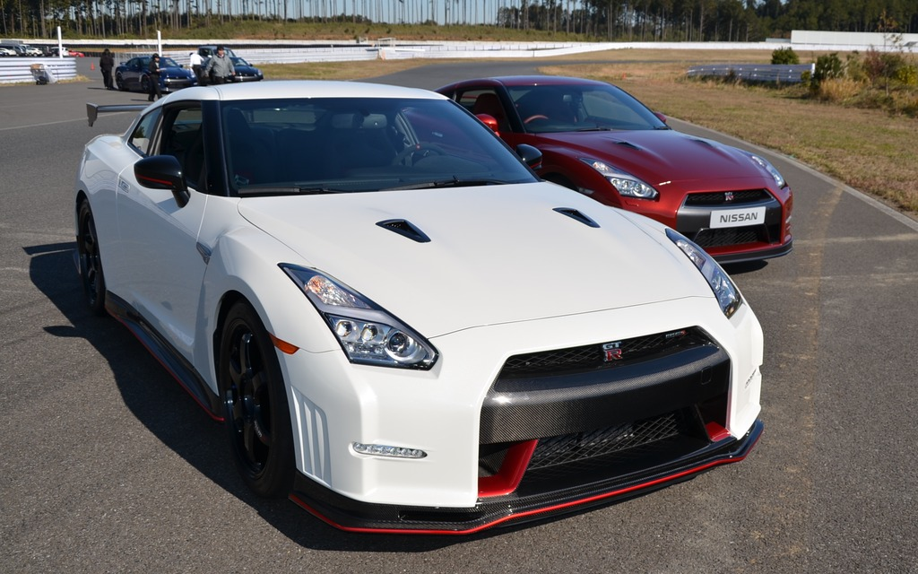 2016 nissan gt r nismo white in foreground and 2015 nissan gt r red. Black Bedroom Furniture Sets. Home Design Ideas