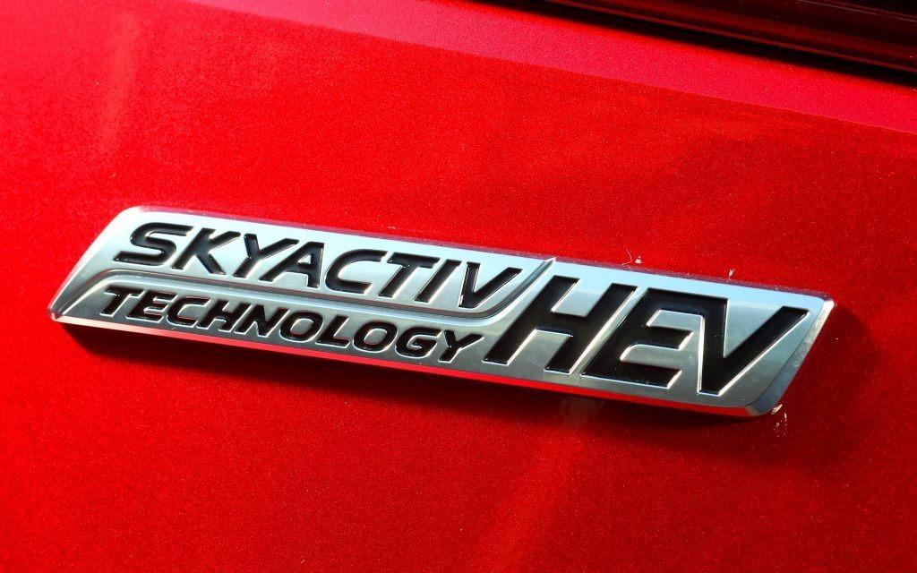 La signature officielle du modèle hybride.
