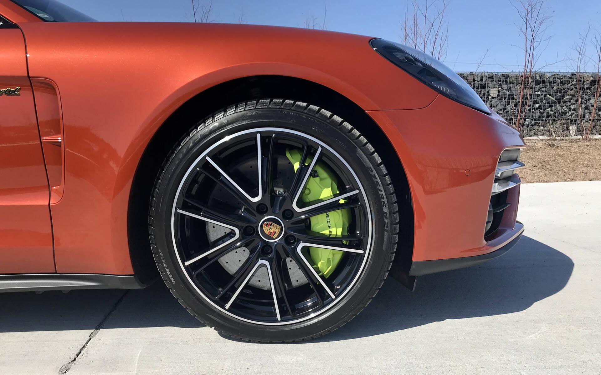 <p>Porsche Panamera Sport Turismo Turbo S e-hybrid 2021</p>