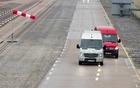 Mercedes-Benz Sprinter 2014 - Système Crosswind Assist présent sur le Sprinter blanc mais pas sur le Sprinter rouge