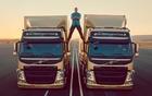 Jean-Claude Van Damme et deux camions Volvo