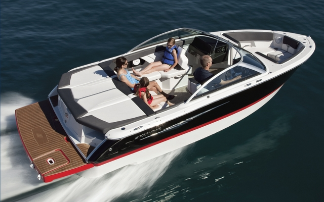 The new Four Winns H210 Sport Boat blends the best of both sport and luxury.