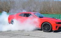 Une Chevrolet Camaro ZL1 2012 part en fumée